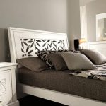 Stilna postelja v antično beli barvi
