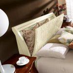 Bela masivna postelja